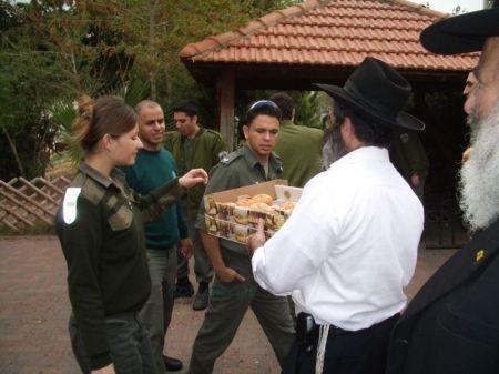 Come sempre Chabad porta le luci di Chanuccà ai Hayalim e non dimentichiamo le Sufganiòt...